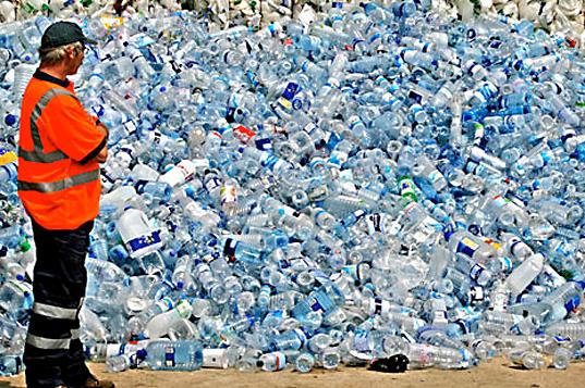 miles de botellas plásticas de agua contaminan el medio ambiente
