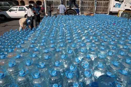 Agua envasada contamina el medioambiente