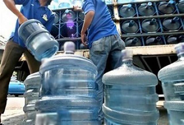 botellones de agua toxica contaminada