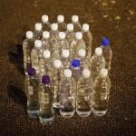Más de 24.000 productos químicos contaminan el agua embotellada
